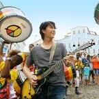 福山雅治、ブラジルでサンバ誕生の秘密を探る - 4500人の大練習会に参加