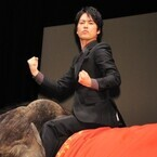 桐谷健太、本物のゾウに乗って