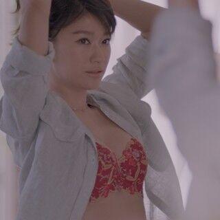 """篠原涼子、""""極上の谷間""""で美バストシルエット「自分でもうっとり」"""