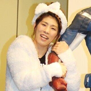 吉田沙保里、部屋着姿で女子トーク! ヒーローと腕組み「結婚式みたい」