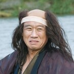 西村雅彦、川で流され落ち武者に!?スタッフも思わず笑うメイキング映像公開