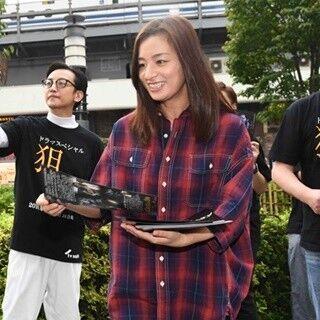 尾野真千子、有楽町で主演ドラマのフライヤー配り「みなさんびっくり」