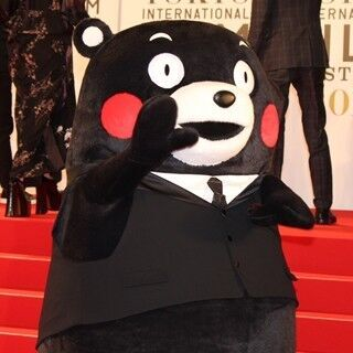 くまモンがタキシード姿で! 熊本出身の橋本愛らと東京国際映画祭に登場