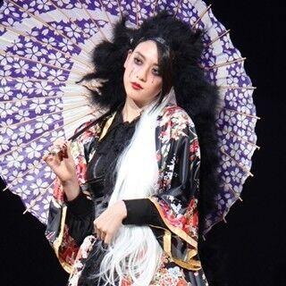 三吉彩花、クールな花魁風ファッション披露! ハロウィンランウェイで存在感