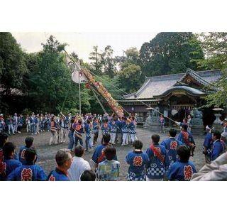 大阪府・日根神社で「まくら祭り」では、枕をくくりつけたのぼりを背負う!?