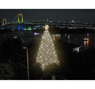 東京都・お台場でメモリアルツリー点灯式を開催。モデルの中村アンさん登場