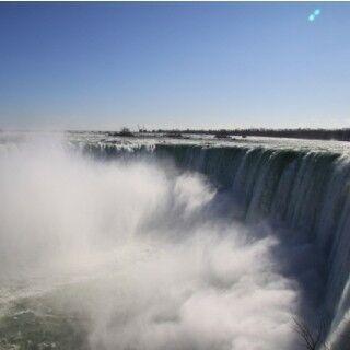 世界三大瀑布の1つ・ナイアガラの滝、そのド迫力を間近で体験 (1) 滝にダイブした勇者(?)の物語も