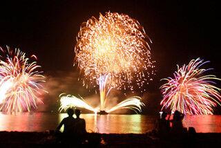 名勝地として知られる、兵庫県南あわじ市の慶野松原で花火大会