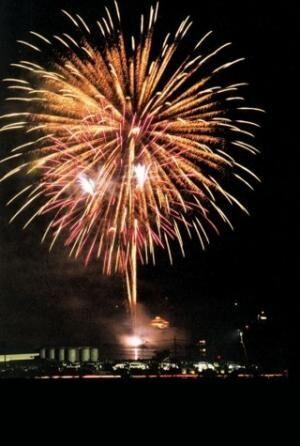 広島県竹原市で花火大会。大事な人へのメッセージを託した花火が夜空に舞う