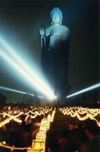 茨城県牛久市で牛久大仏のライトアップ、お盆の法要「万燈会」開催
