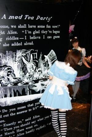 大阪で話題!不思議の国のアリスの世界に飛び込めるレストラン!