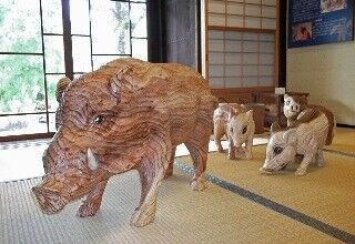 「いぐら造り」の家屋が並ぶ山口県阿知須でチェーンソーアート作品展