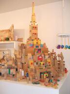 子どもが夢中で学ぶ! 年齢別で見る積木の遊び方 (3) 三角や円柱の積木も使ってお城を作る - 2歳半からの積木の世界