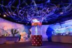 千葉県・鴨川シーワールドで、クリスマスデコレーションのクラゲ水槽展示中