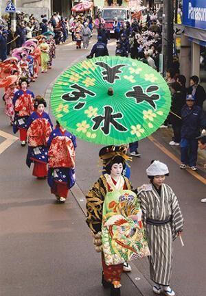 新潟県燕市で、おいらんが通りを練り歩く「分水おいらん道中」が開催