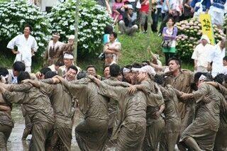 鹿児島県で、泥にまみれて豊作を願う祭り「せっぺとべ」開催