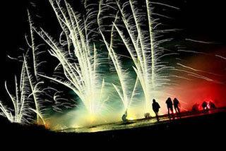 愛知県で、光と音のスペクタクル「六火祭ロケット花火大会IN内海」開催