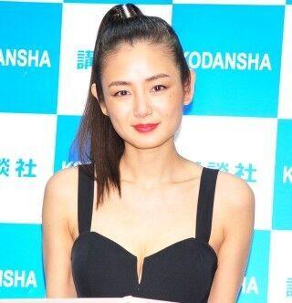 片山萌美、シースルーの衣装で透け感たっぷり「アートな作品になりました」