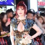 叶美香、胸元が大胆に開いたセクシードレスで魅了