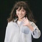 川口春奈、笑顔のランウェイに歓声! さわやかなデニムコーデを披露