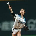 戦隊ヒロイン・柳美稀、始球式で寿司ポーズ披露!「ノーバンで届いた」