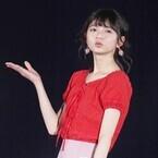 乃木坂46・齋藤飛鳥、ミニスカ衣装で美脚披露! キュートな投げキッスも
