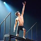 イケメンたちが水着1枚で肉体見せた舞台『男水!』 - 競泳の青春熱く表現