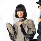 橋本愛、ミステリアスな服に「UFO呼べそう」 - 牛にはしゃぐ一面も
