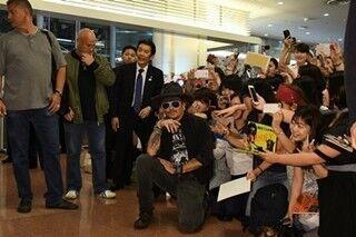 ジョニー・デップ来日、出迎えファンに神対応「日本に帰るのはいつもうれしい」