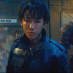 佐藤健VS綾野剛、自分に銃を突きつけながら鋭いバトル! 『亜人』予告編