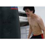 鈴木伸之、迫力の肉体美披露! 腕の血管浮き出る『東京喰種』場面画像公開