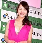 『スッキリ!!』の元レポーターの阿部桃子、胸元全開の衣装で谷間をアピール