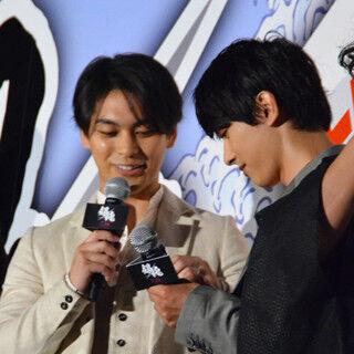 柳楽優弥&吉沢亮、『銀魂』舞台挨拶中に連絡先交換! ムロ&佐藤が猛ツッコミ