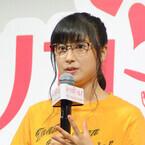 土屋太鳳、知的なメガネ姿で登場! 自転車のスピードに周囲が心配