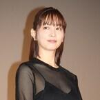 石橋杏奈、胸元&美背中あらわなシースルー衣装で魅了