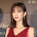 桐谷美玲、胸元開いた大人ドレスで登場「ジュエリーが映えるように」