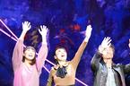 松任谷由実、舞台初日に歓声! メインキャストにのれんプレゼント