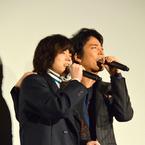 菅田将暉&桐谷健太、観客の無茶振りで急遽生歌唱! 熱いハグ交わす