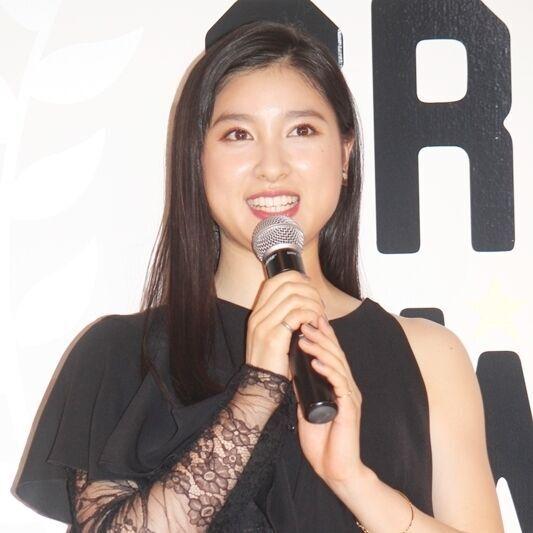 土屋太鳳、美脚あらわな黒ドレス姿で宣言「2018年は恋をする1年に」