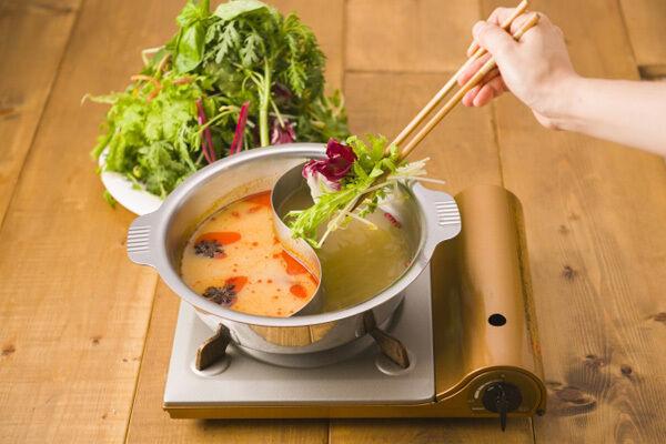 10品目のたっぷり野菜を2種のスープで楽しめる「草鍋」とは?