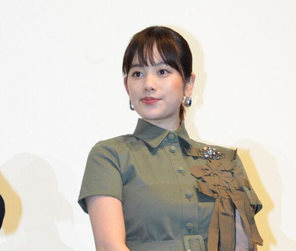 筧美和子、胸元はちきれそうなシャツワンピ 「裏表ない」共演者も驚き