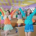 TWICE、カラフル制服&ミニスカで美脚ダンス! 日本初CMで出川もTTポーズ