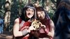 金太郎&織姫が熱々カップルに! 寒空でノースリーブのペアルック
