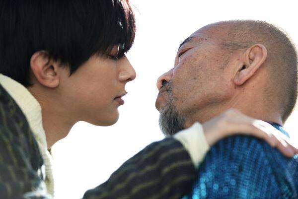 吉沢亮、竹中直人とキス寸前! 乙女なリアクションに「キュンキュン」