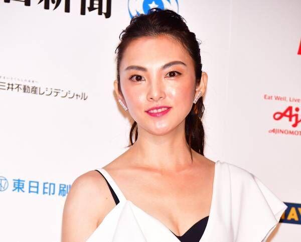 田中麗奈、特注のセクシードレス姿で胸元チラリ