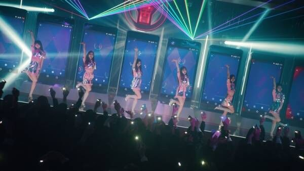 TWICE、近未来風ミニスカ衣装でダンス! 出川哲朗の「やばいよ!」も披露
