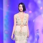 三吉彩花、胸元開いたセクシードレスで魅了