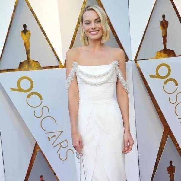 マーゴット・ロビー、アカデミー賞式典中に自らドレスを縫い直す