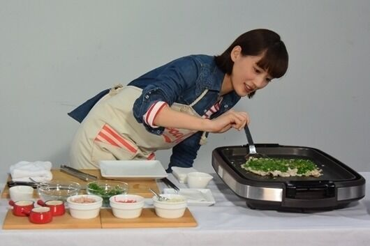 """綾瀬はるか、撮影の合間に得意料理""""ネギ豚""""を振る舞う"""