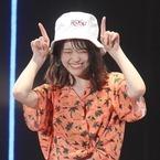 乃木坂46松村沙友理、ミニスカで美脚披露! キュートな困り顔&笑顔も